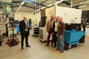 Walter Gerharz, Geschäftsführer der Wirtschaftsförderungsgesellschaft Limburg-Weilburg-Diez, und Landrat Manfred Michel besuchten die Zerspanungstechnik GmbH & Co. KG von Stephan und Leopold Schuster (von links).