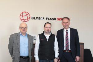 Der Geschäftsführer der Wirtschaftsförderung, Walter Gerharz (links), und Landrat Michael Köberle (rechts) informierten sich bei Geschäftsführer Jens Biebricher über das Unternehmen Global Flash