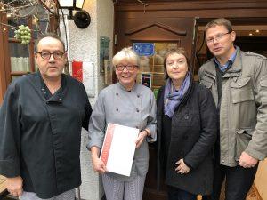 v.l.n.r.: Willi und Marion Jahn (Inhaber Schützenhof, Elz), Ulrike Petersen (Lahntal Tourismus Verband e.V.), Lars Wittmaack (Wirtschaftsförderung Limburg-Weilburg-Diez GmbH)