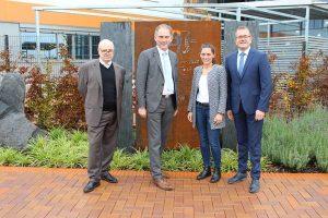 WfG-Geschäftsführer Walter Gerharz, Landrat Michael Köberle, Annika Trappmann, Management der Blechwarenfabrik und Bürgermeister Thomas Scholz (v.l.n.r.).